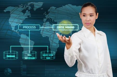 データ マイニングの概念 - ビジネスの女性は仮想画面を表示します。