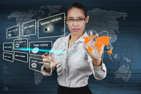 Business Intelligence en Data mining-concept - business woman show op het virtuele scherm Stockfoto