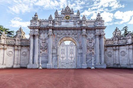 Magnificent entrance gates to Dolmabahce Palace in Besiktas, district of Istanbul in Turkey. Éditoriale