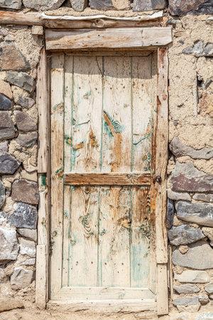 Ancient old house door in village Banque d'images