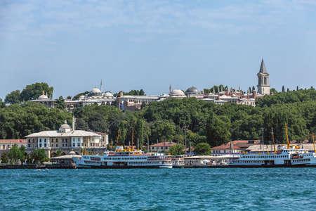 ISTANBYL, TURKEY - 07,27,2012: a sightseeing boat transits the landmark Sepetciler Kasri in Sarayburnu. Topkapi Palace on the back side Istanbul, Turkey Éditoriale