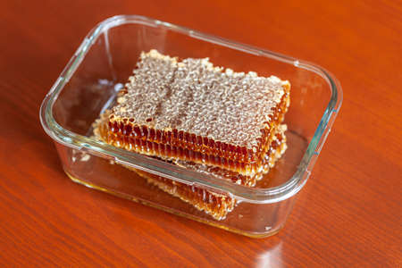 Honeycomb and honey drops closeup Banque d'images