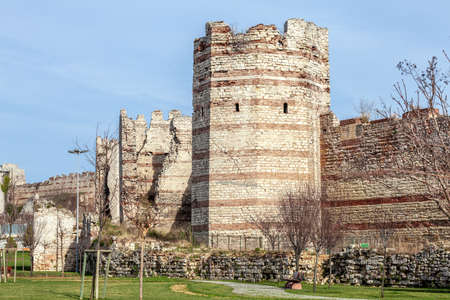 Byzantine City walls in Yedikule Fortress in Zeytinburnu Istanbul, Turkey (Ruins of ancient fortress wall of the Emperor Theodosius) Banque d'images
