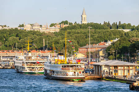 ISTANBUL, TURKEY - 07,01,2015: Ferries in Eminonu Port the Topkapi Palace on the back side Istanbul, Turkey Éditoriale