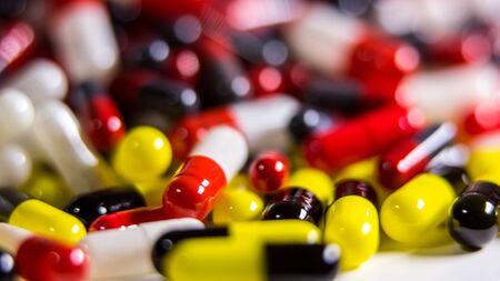 Zbliżenie na wiele różnych leków pigułki i tabletki na białym tle. Leki na receptę. Wiele leków, środków przeciwbólowych i koncepcji nadużywania narkotyków.