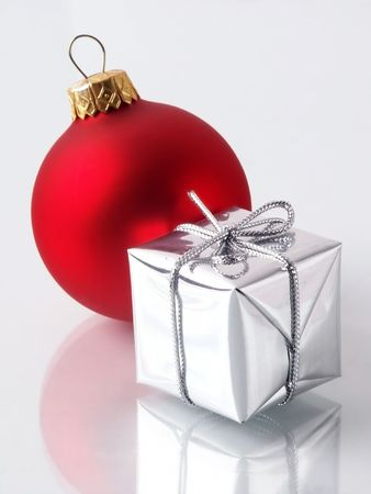 Weihnachtsschmuck: Gift & Glaskugel.