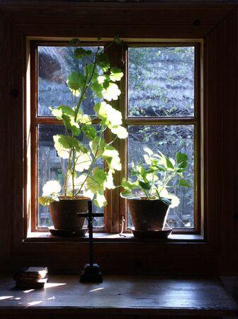 Fenster von innen Blick auf altes Haus.