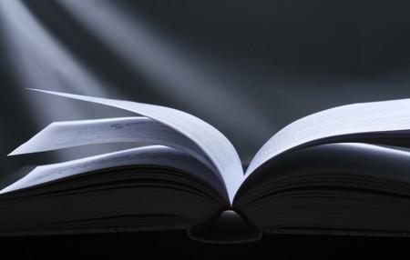 Buchen eröffnet. Schwarzer Hintergrund mit Magic Light. Lizenzfreie Bilder