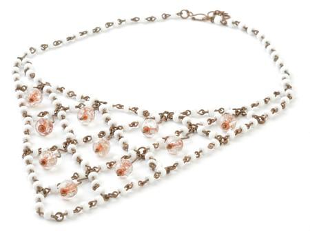 coppery: Ramato Beads Necklace con Orange in bianco e riflessa. Sfondo bianco. Archivio Fotografico