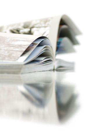 Soft-Fokus-Ansicht der geöffneten Farbe Magazin mit Reflektion. Close-up.