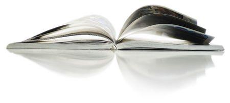 Soft Fokus Ansicht der geöffneten Farbe Magazin mit Reflektion. Nahaufnahmen.