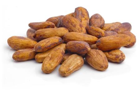 Raw Kakaobohnen isoliert auf weißem Hintergrund.