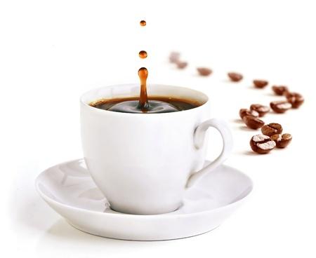 Eine Tasse Kaffee mit einem Schuss Tropfen morgens und Kaffeebohnen zeichnen Sie eine Zickzack-Linie im Hintergrund.