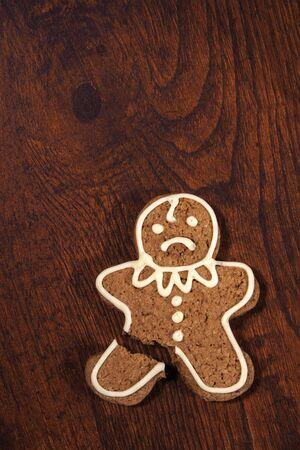 pierna rota: Triste hombre de pan de jengibre - galletas con una pierna rota.