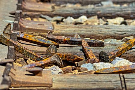 ferrocarril: picos de ferrocarril oxidadas que ponen en el suelo en una pila