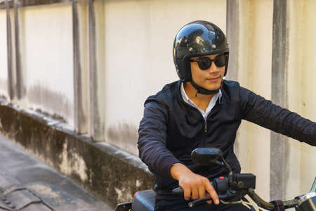 Handsome motorcyclist and his motorcycle. Banque d'images