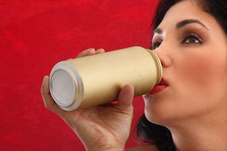 gold cans: Cute brunette sorseggiando una birra o soda dorata pu�
