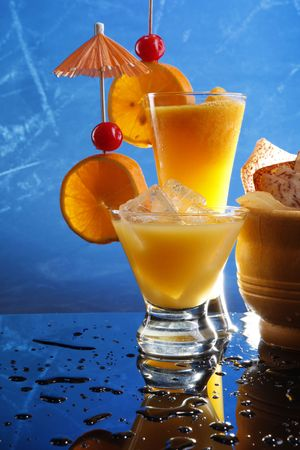 Passion Daiquiri and Screwdriver with chips Imagens