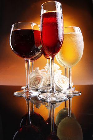 Twee van elke rode, rose en witte wijn met rozen