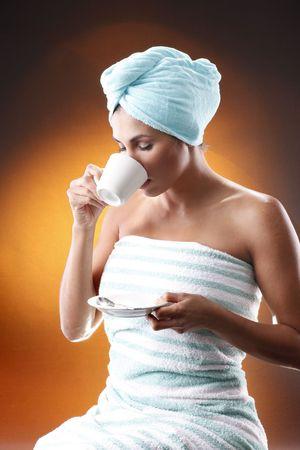 meant: Giovane donna con un caff� del mattino. Intende corrispondere Hot caff�, sisal sacco di raccolta e grani.