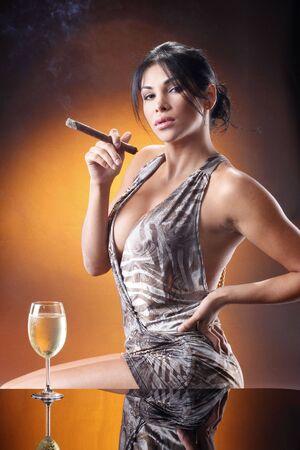 좋은 화이트 와인과 하바나 시가