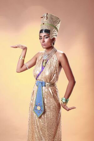 Egyptian queen in pharaoh costume Imagens