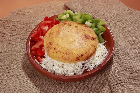 comida colombiana: Arepa de choclo - muffin de masa de ma�z de Sudam�rica con relleno de queso blanco