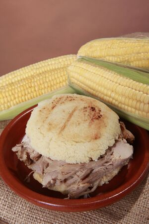 comida colombiana: Arepa pernil - Patri de ma�z de espiga de cerdo de Sudam�rica Foto de archivo