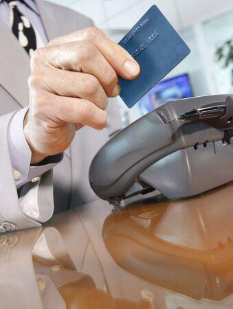 transaction: Hier uw merk. Een credit-debet beloningen kaart via een adverteerder swiping van terminal Stockfoto