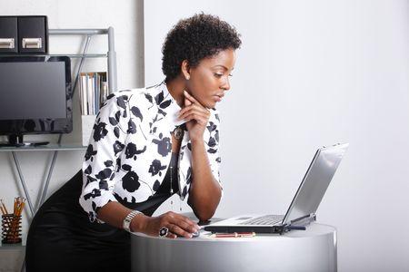 귀여운 임원이 컴퓨터와 상호 작용합니다.