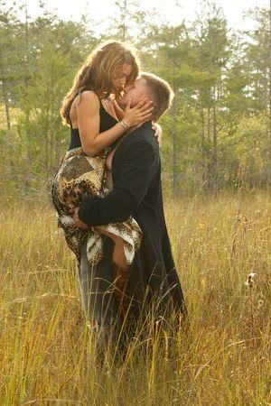 baiser amoureux: Couple amoureux sur les herbes sauvages Banque d'images