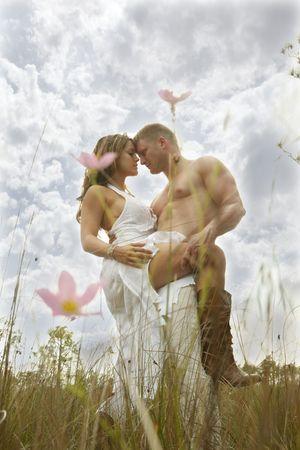 wild grass: Pareja de enamorados en hierba silvestre