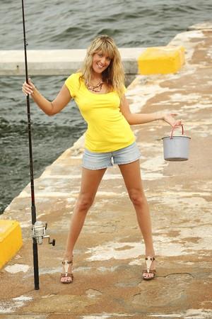 ブロンドは彼女の釣りギアのドックに