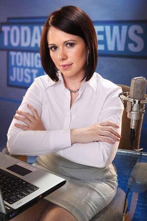 reporter: Mignonne brunette � la station de radio  Banque d'images