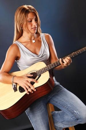 Guitar player on blue Standard-Bild
