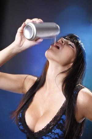 lata de refresco: Morena lindo tener una soda de plata  Foto de archivo