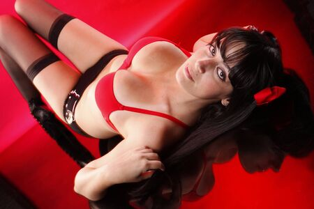 voluptueuse: Jolie brunette repose sur rouge