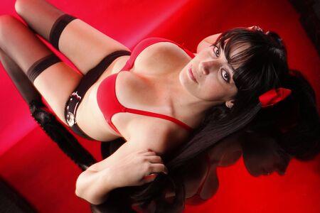 voluptuosa: Pretty Morena se pone en rojo