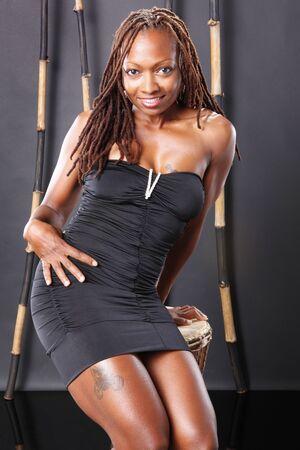 dreadlocks: Lindo americana africana en vestidito negro