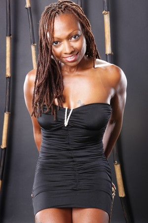 dreadlocks: Cute americana africana en vestidito negro