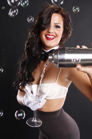 wśród: Cute brunette sÅ'uży martini wÅ›ród bÄ…belki