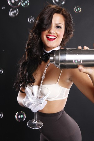 pantimedias: Morena cute sirve un martini entre burbujas