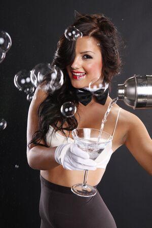 medias mujer: Morena cute sirve un martini entre burbujas