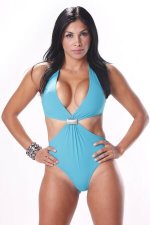 voluptueuse: �tourdissement brunette en maillot bleu pastel