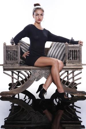 frappe: Brunette �l�gante sur chaise vintage