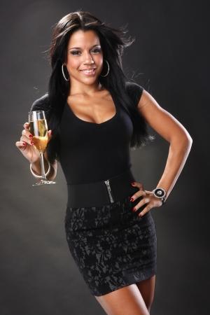 Schattige brunette en wijn in een fluit Stockfoto
