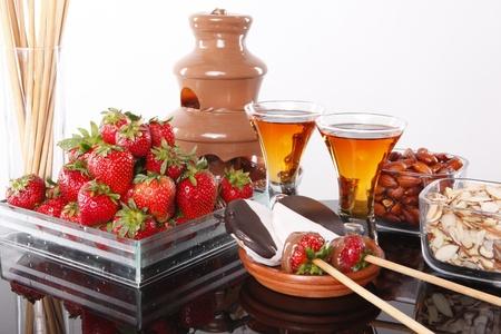 fontana: Liquore di mandorle e fonduta di cioccolato fragole Archivio Fotografico
