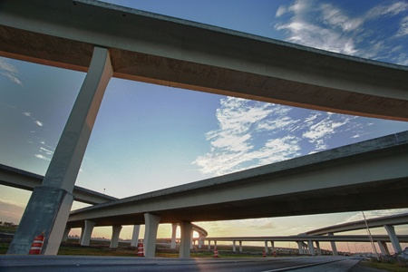 Puesta de sol en una intersección de la autopista Foto de archivo - 8706081