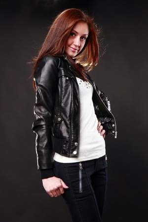 chaqueta de cuero: Linda pelirroja con chaqueta de cuero