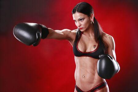 tough: Fit boxeador femenina cambios bruscos de un pu�etazo